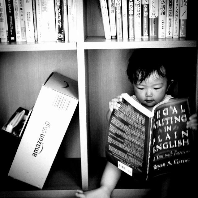本棚の中で契約本読書にいそしむ娘