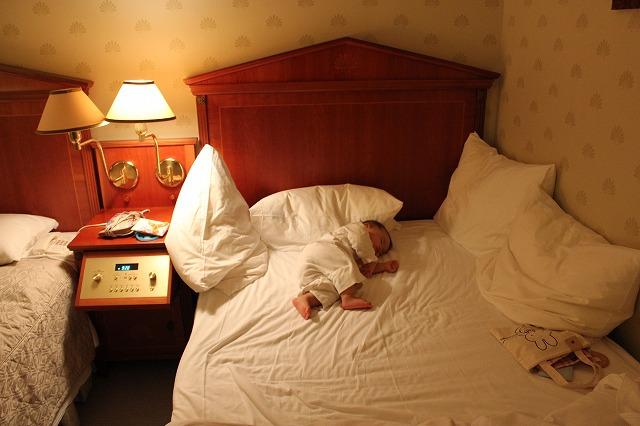 ホテルアムステルダムにて。到着後部屋ではしゃいで、すぐ寝ちゃいました。